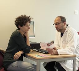 Une femme consulte un professionnel de santé pour son projet de grossesse