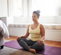 femme faisant de la méditation en position du lotus